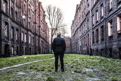 在两个砖公寓单元的人之间 免版税库存照片