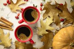 在两个红色杯子的咖啡 库存图片