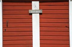 在两个红色门的闭合的标志 免版税库存图片