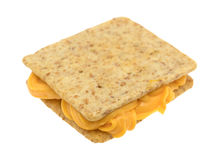 在两个薄脆饼干之间的乳酪在白色背景 库存图片