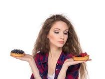 在两个蛋糕之间的困难的选择 免版税库存图片