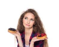 在两个蛋糕之间的困难的选择 免版税库存照片