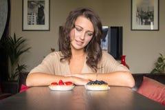 在两个蛋糕之间的选择 图库摄影