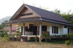 在两个部分分离的现代设计房子 免版税库存图片