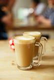 在两个高玻璃和糖罐的咖啡拿铁 图库摄影