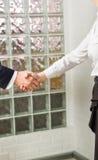 在两位商业主管特写镜头之间的握手 免版税库存图片