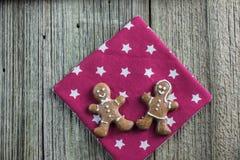 在两圣诞节姜饼精神的顶视图 库存图片