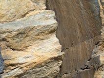 在两块火山的石头之间的裂缝 免版税库存照片
