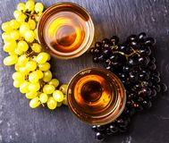 在两块玻璃顶部的图象用汁液,黑和绿色葡萄 免版税图库摄影