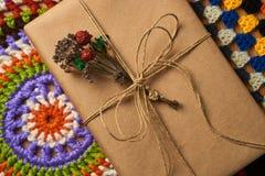 在两块被编织的餐巾的书 图库摄影
