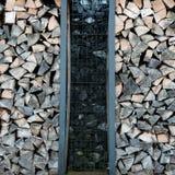 在两堆堆积的切好的木头 免版税库存照片