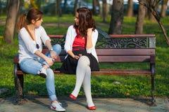 在两妇女之间的严肃的谈话 库存照片