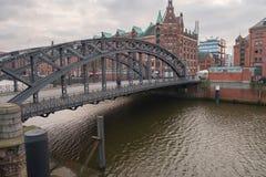 在两家银行之间的金属桥梁横跨有老大厦的易北河 库存照片