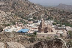 在两山之间的寺庙 库存图片