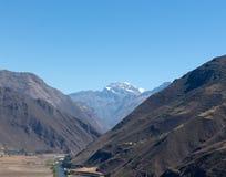 在两座大山之间的河谷 免版税库存照片