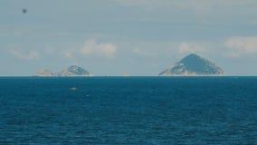 在两座大山背景的海视图  越南 聚会所 股票视频