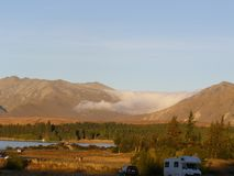 在两座山之间的低云彩形成 免版税库存图片