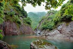 在两座山之间的一条河,浮动小船,在中国 免版税库存照片