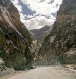 在两座山之间的美丽的路 图库摄影