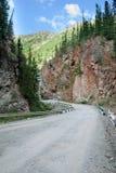 在两座山之间的路 免版税图库摄影