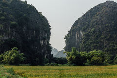 在两座山,在t的岩石之间的美丽如画的谷 库存照片