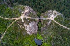 在两座峭壁盛大Clifftop步行蓝色山之间的桥梁 库存图片