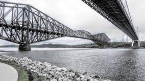 在两座桥梁之间的看法在圣劳伦斯河 免版税库存照片
