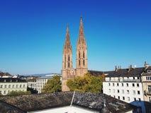 在两教会的尖顶的看法在威斯巴登德国 库存图片