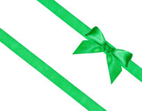 在两条对角丝绸丝带的大绿色弓结 免版税库存图片