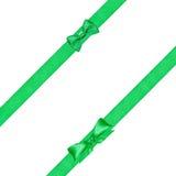 在两条对角缎丝带的两个绿色弓结 图库摄影