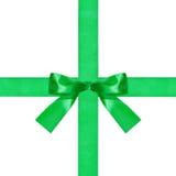 在两条横渡的丝绸丝带的大绿色弓结 库存照片