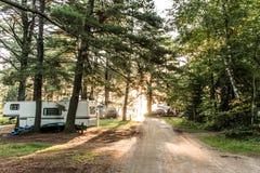 在两条河营地阿尔根金族国家公园美丽的自然森林加拿大湖的日落停放了RV露营车 免版税库存图片