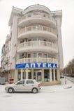 在两条街道的交叉点的圆的大厦在波摩莱,保加利亚 免版税库存照片