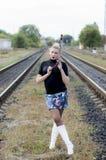在两条铁路轨道之间的性感的妇女 免版税库存照片
