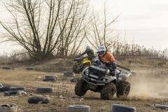 在两的ATV司机平衡把弯引入 库存照片