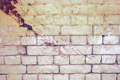在两种颜色绘的被风化的灰色砖墙背景或纹理的 免版税库存照片
