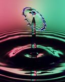在两被定调子的背景的一个透明水下落图象 免版税库存图片
