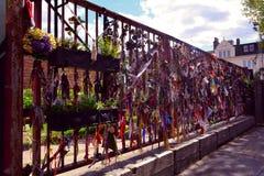 在两骨交叉图形的铁纪念寺庙门从事园艺,伦敦,英国 免版税库存图片