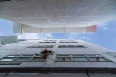 在两Buliding之间与蓝天和白色云彩 库存照片