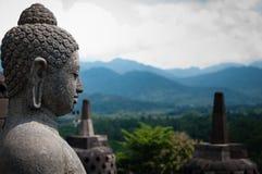 在两stupas前面的石budhha sideview 免版税图库摄影