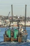 在严厉的看法捕鱼船爱说话的G的网 免版税库存照片