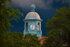 在严酷的天气的老西特拉斯县法院大楼时钟 免版税库存图片
