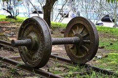 在严酷的苦难通行证纪念品博物馆训练从旧日本人军火车的轮子或路轨轮子纪念碑在世界大战2中 免版税库存图片
