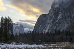 在严重的云彩之下的山草甸 库存照片