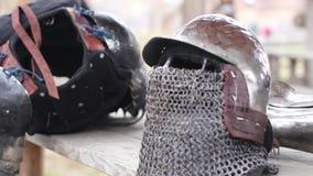 在中世纪军营的雨天,骑士的装甲衣服准备好最后的争斗 影视素材