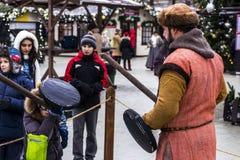 在中世纪决斗的男孩战斗 免版税库存图片
