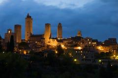 在中世纪圣吉米尼亚诺的多云9月微明 意大利托斯卡纳 免版税图库摄影