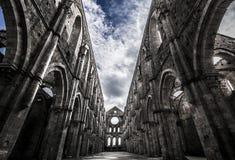 在中世纪圣galgano修道院的天空 库存图片