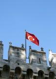 在中世纪城堡的土耳其旗子 免版税库存图片