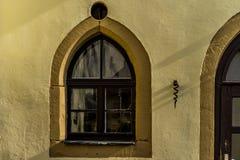 在中世纪城堡的窗口 库存照片